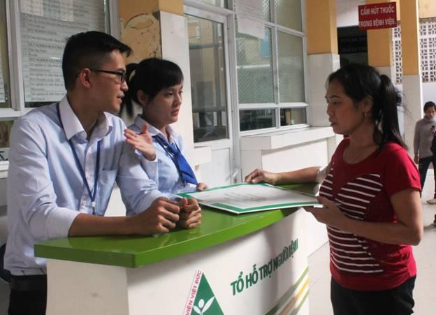 Nhân viên công tác xã hội hướng dẫn ân cần cho bệnh nhân
